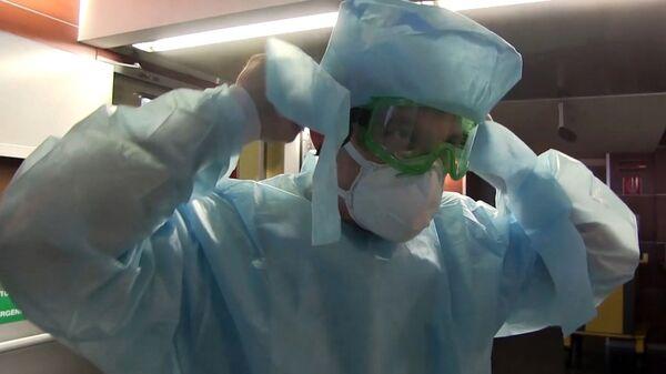 Un medico italiano nell'ospedale da campo di Bergamo, 2020 - Sputnik Italia