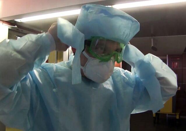 Un medico italiano nell'ospedale da campo di Bergamo, 2020