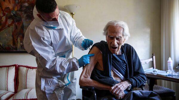 Vaccinazione con il vaccino Pfizer-BioNTech a Roma, in Italia - Sputnik Italia
