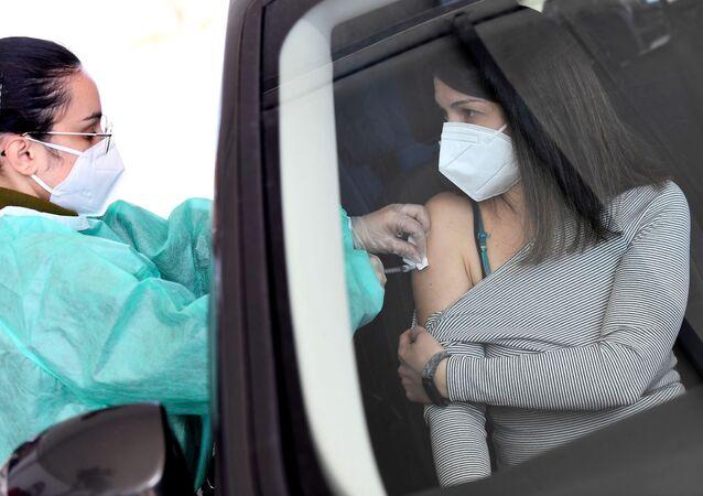 Vaccinazione di massa con il vaccino AstraZeneca a Milano, Italia