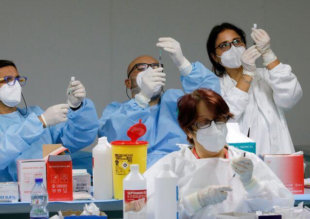Vaccinazione, gli operatori sanitari preparano dosi di vaccino Pfizer-BioNTech COVID-19 presso un centro di vaccinazione a Napoli