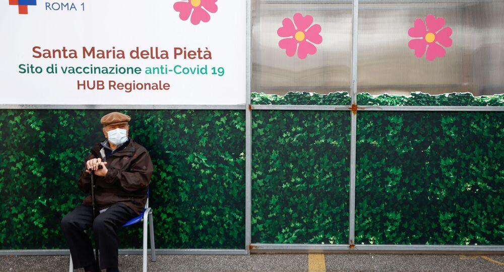 Vaccinazione in Italia, un anziano attende il suo turno