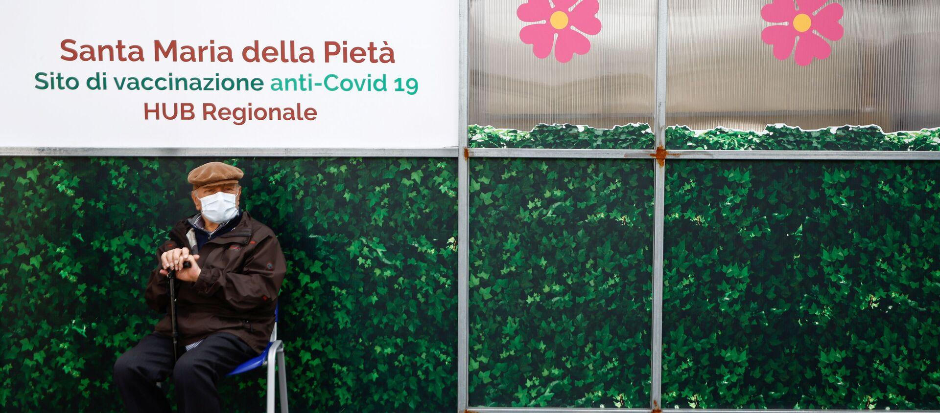 Vaccinazione in Italia, un anziano attende il suo turno - Sputnik Italia, 1920, 22.03.2021
