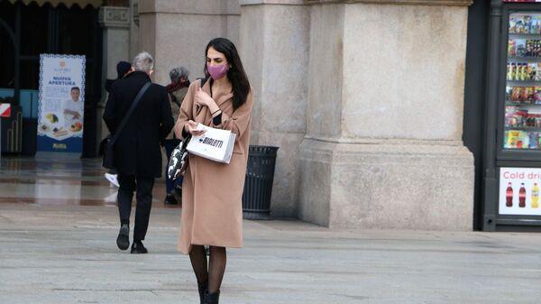Una donna in mascherina a Milano - Sputnik Italia