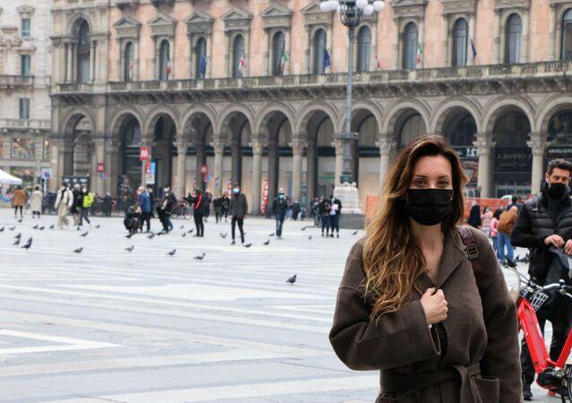 Una donna in una piazza a Milano