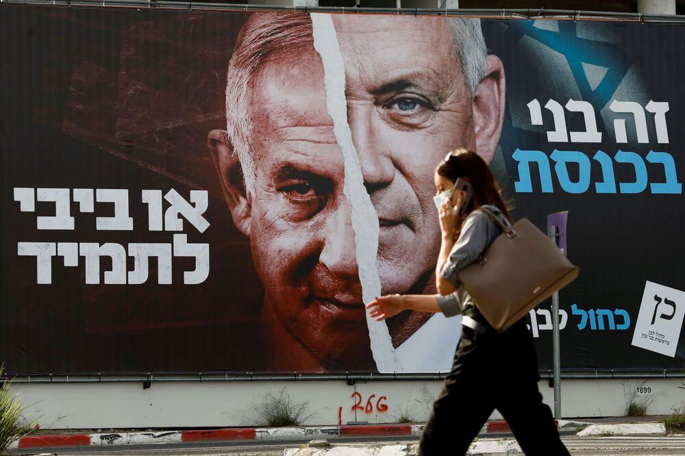 Un poster elettorale dell'alleanza politica israeliana Blu e bianco con le foto del ministro della Difesa israeliano Benny Gantz e del primo ministro Benjamin Netanyahu