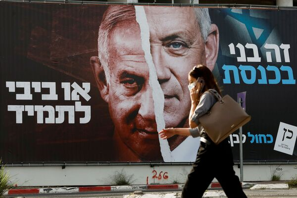 Un poster elettorale dell'alleanza politica israeliana Blu e bianco con le foto del ministro della Difesa israeliano Benny Gantz e del primo ministro Benjamin Netanyahu - Sputnik Italia