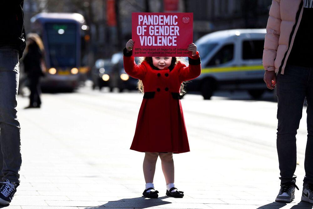 Ariana Lamcellari, 4 anni, tiene un cartello in una protesta contro la violenza, in seguito all'accusa di un ufficiale di polizia britannico nel rapimento e nell'omicidio di Sarah Everard a Londra, a Dublino, in Irlanda, il 16 marzo 2021