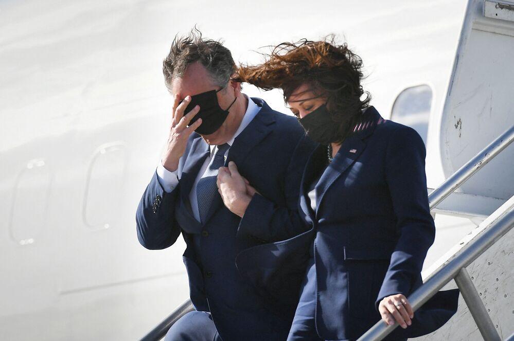 Il vicepresidente degli Stati Uniti Kamala Harris e suo marito Doug Ehmhoff all'aeroporto di Los Angeles, negli Stati Uniti