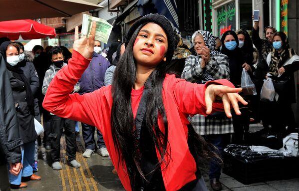 Una ragazza iraniana che indossa un costume ispirato al personaggio folcloristico immaginario Hajji Firuz, balla a Teheran il 17 marzo 2021 mentre gli iraniani si preparano a celebrare Nowruz, il capodanno iraniano - Sputnik Italia