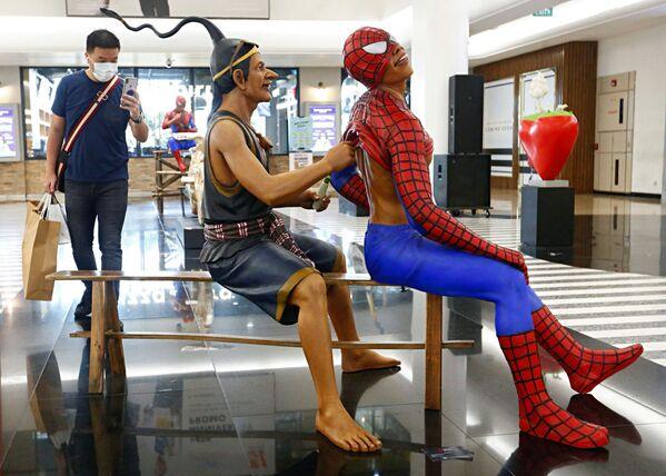 Una mostra d'arte in un centro commerciale a Giacarta, Indonesia, il 15 marzo 2021 - Sputnik Italia