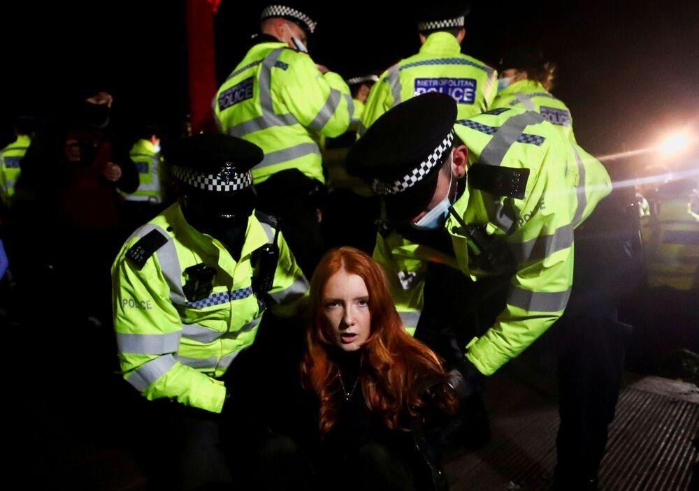 La polizia trattiene Patsy Stevenson mentre le persone si radunano in un luogo commemorativo di Sarah Everard, la 33enne rapita e uccisa a Londra il 3 marzo scorso da un poliziotto, Gran Bretagna, il 13 marzo 2021