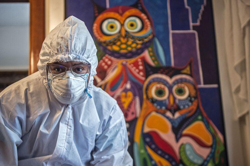 Un operatore sanitario prepara una dose del vaccino Pfizer-BioNTech contro COVID-19 in una casa a Lima, il 15 marzo 2021