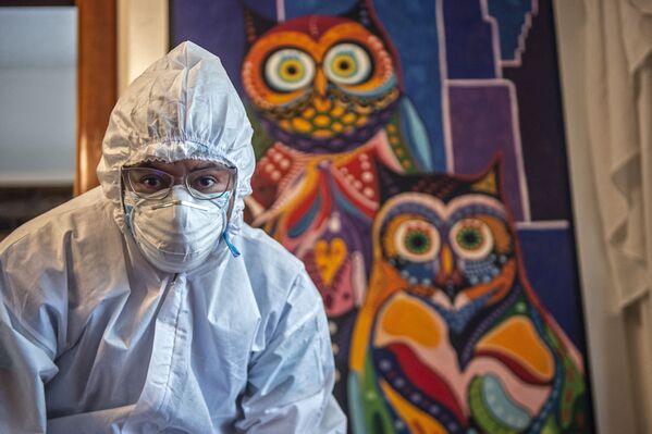 Un operatore sanitario prepara una dose del vaccino Pfizer-BioNTech contro COVID-19 in una casa a Lima, il 15 marzo 2021 - Sputnik Italia