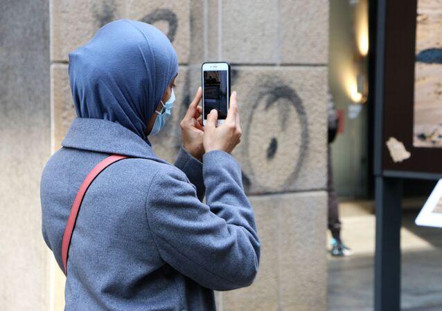 Ragazza con il telefono a Milano