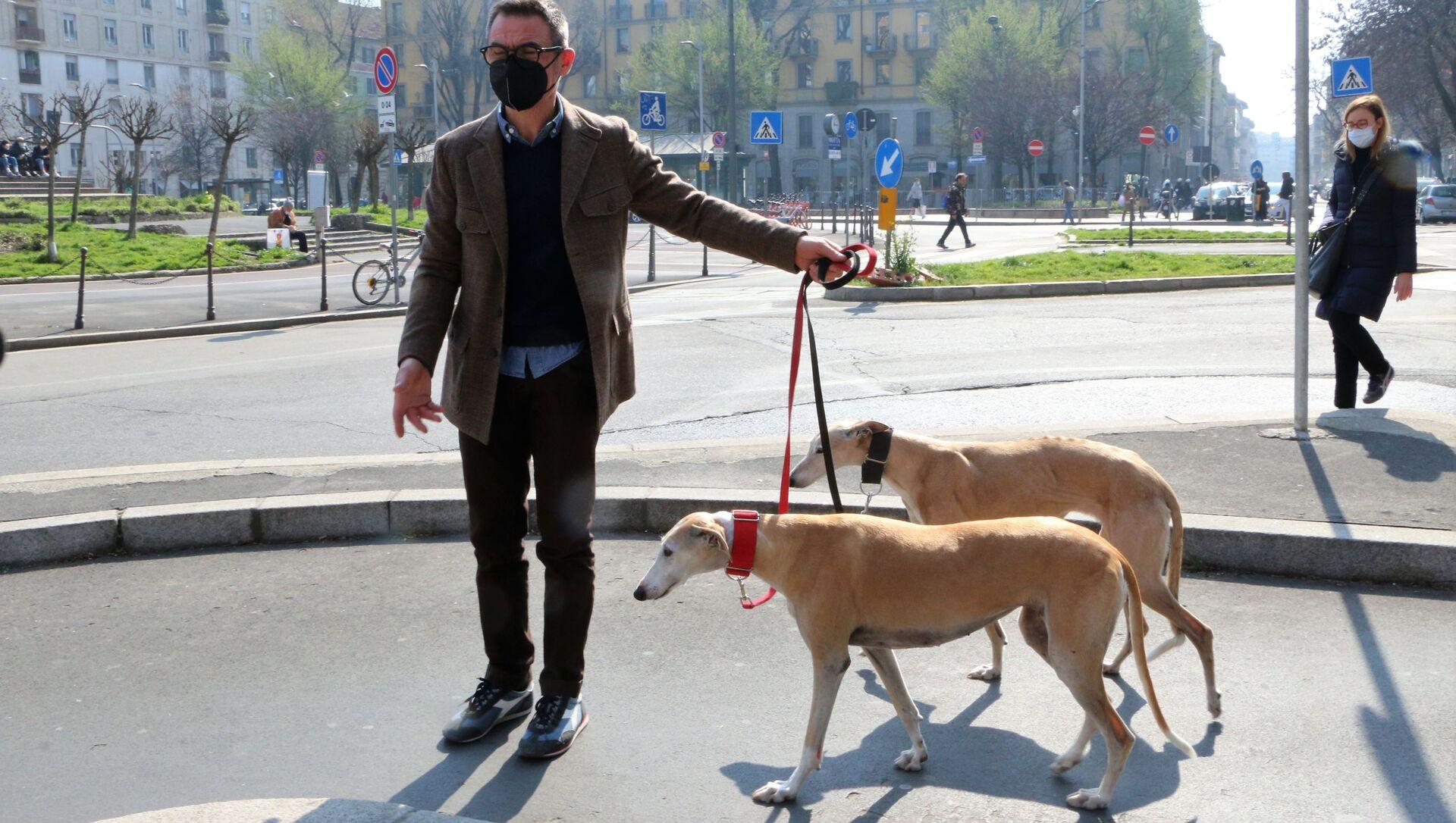 Uomo con i cani a Milano - Sputnik Italia, 1920, 05.04.2021