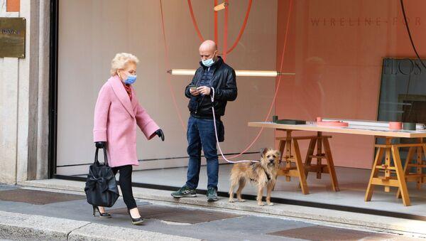 La gente passeggia a Milano - Sputnik Italia