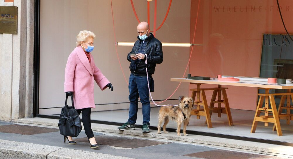 La gente passeggia a Milano