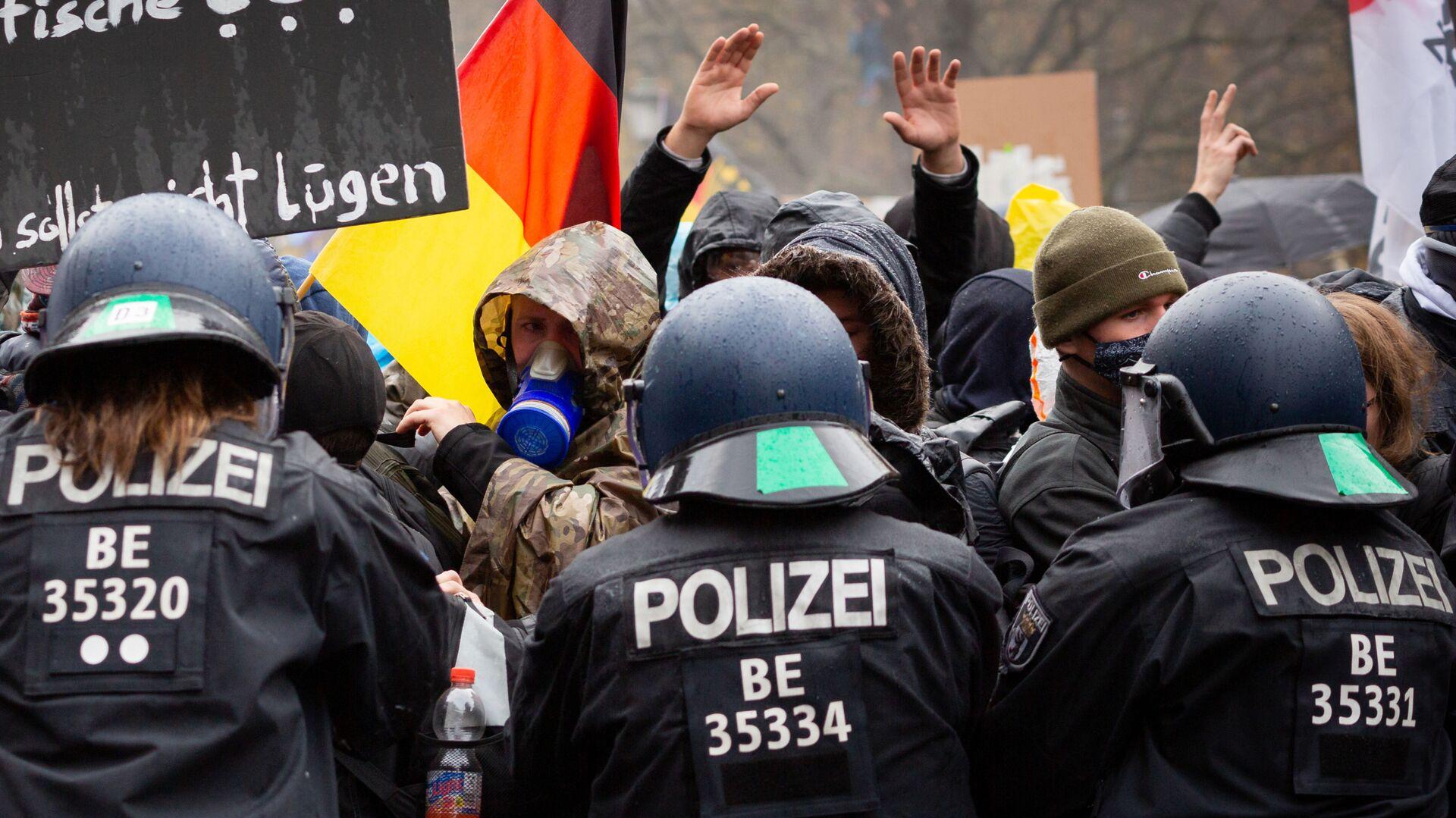 Scontri tra polizia e manifestanti durante le proteste anti-Covid in Germania - Sputnik Italia, 1920, 02.08.2021