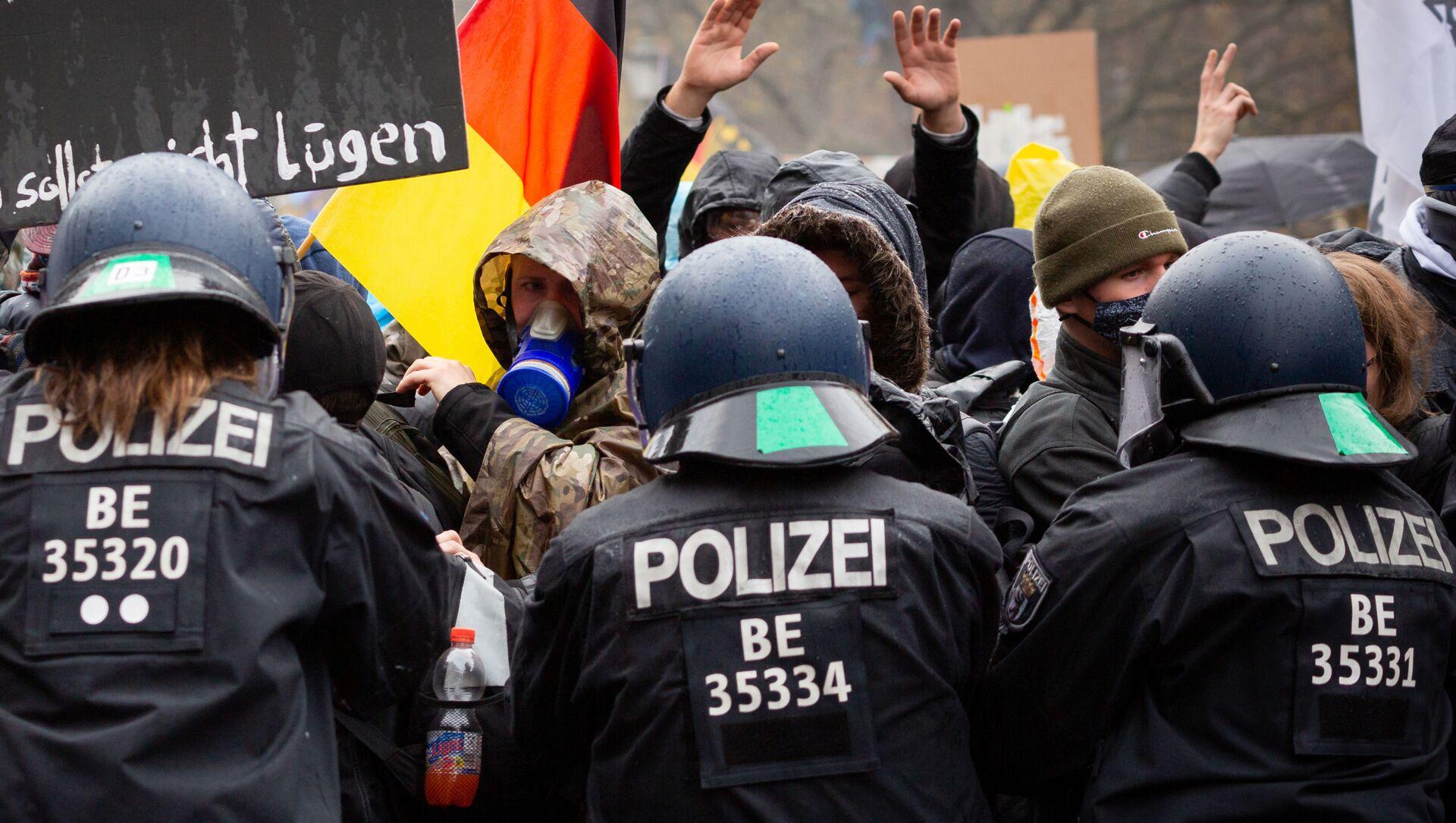Scontri tra polizia e manifestanti durante le proteste anti-Covid in Germania - Sputnik Italia, 1920, 18.05.2021