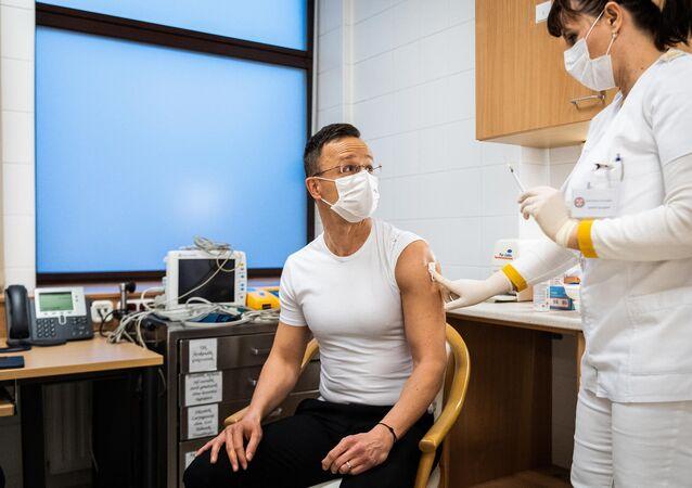 Ministro Esteri ungherese Peter Szijjarto durante vaccinazione con Sputnik V