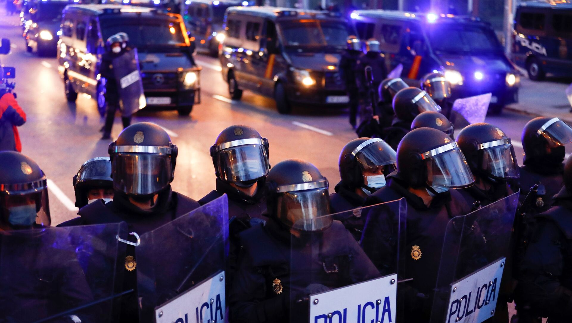 Police officers stand in formation during a protest in support of Catalan rap singer Pablo Hasel in Madrid, Spain, March 20, 2021. - Sputnik Italia, 1920, 21.03.2021