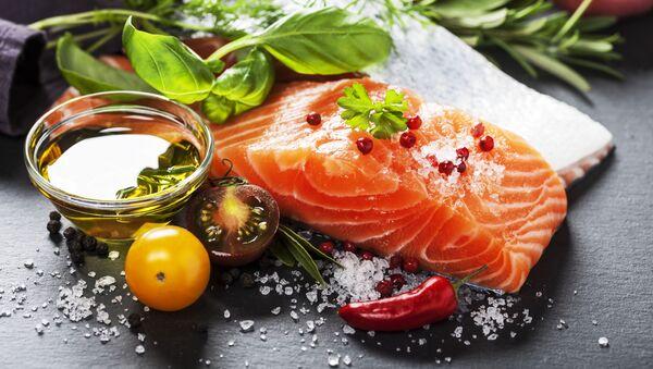 Стейк из лосося с солью и овощами  - Sputnik Italia