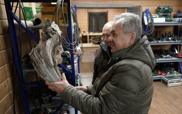 Shoigu mostra a Putin la sua officina dove coltiva il suo hobby: realizzare vari oggetti artigianali in legno - Sputnik Italia
