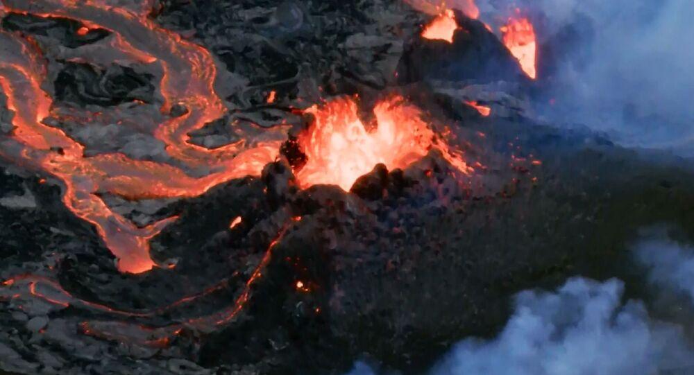 Islanda: i fiumi di lava intorno al vulcano della penisola di Reykjanes riprese con drone
