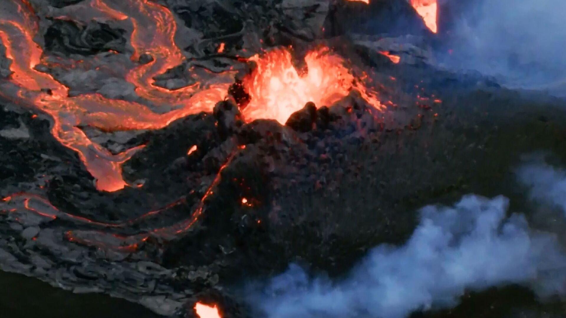 Islanda: i fiumi di lava intorno al vulcano della penisola di Reykjanes riprese con drone - Sputnik Italia, 1920, 16.05.2021