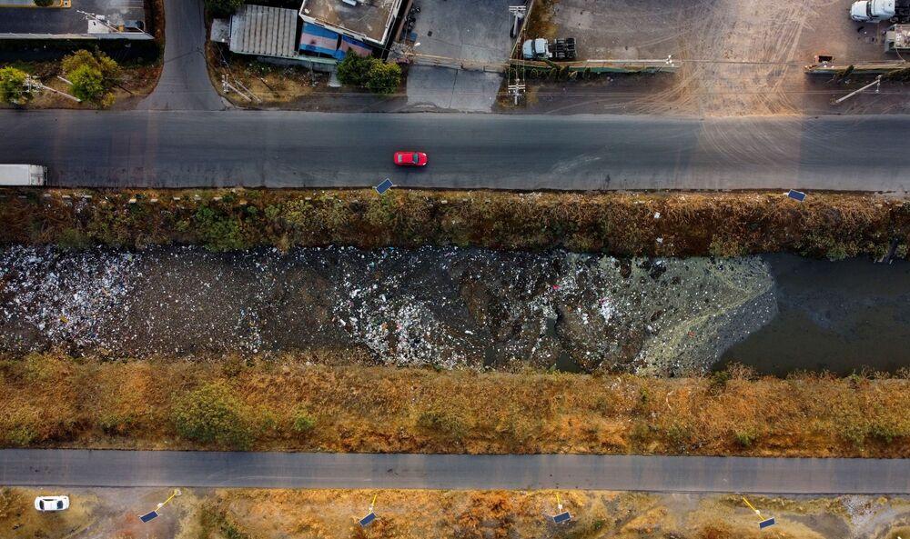Il canale Interceptor Poniente fortemente inquinato a Cuautitlán, in Messico