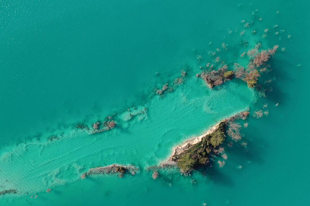 Un lago tossico vicino alla città di Yatagan nella provincia sud-occidentale di Mugla, in Turchia