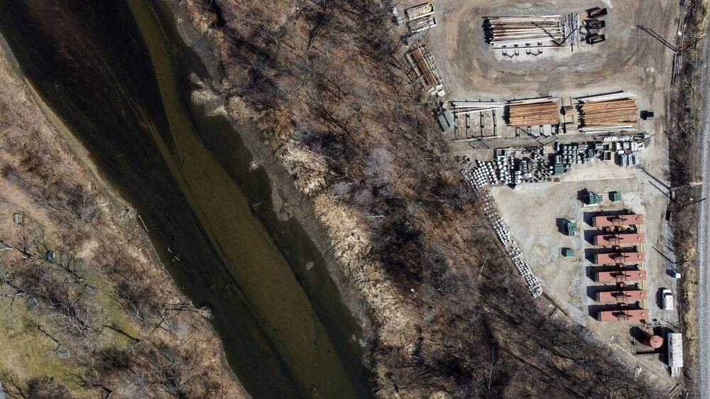 Il fiume Cuyahoga ad Akron, Ohio, USA, che ha preso fuoco nel 1969 a causa dell'inquinamento