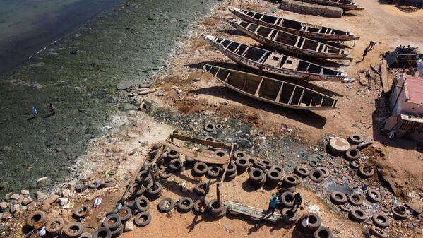 Una veduta aerea mostra l'acqua contaminata da acque reflue grezze che fluiscono attraverso canali aperti nell'oceano, Dakar, Senegal, il 17 marzo 2021 - Sputnik Italia