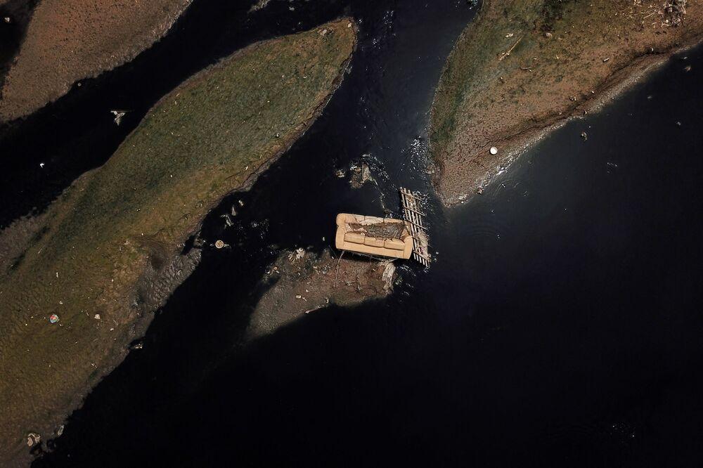 Una veduta aerea mostra un divano nel fiume Tiete vicino al parco ecologico di Tiete a San Paolo, Brasile, 17 marzo 2021