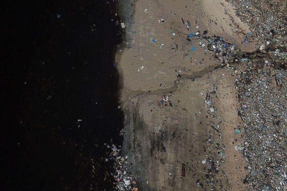 I rifiuti smaltiti sulle rive della baia di Guanabara a Rio de Janeiro, Brasile, il 17 marzo 2021