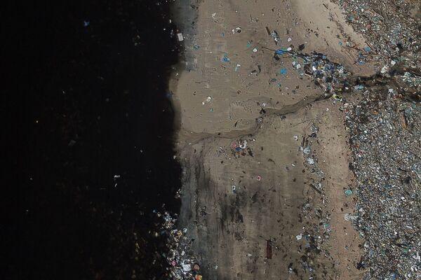 I rifiuti smaltiti sulle rive della baia di Guanabara a Rio de Janeiro, Brasile, il 17 marzo 2021 - Sputnik Italia