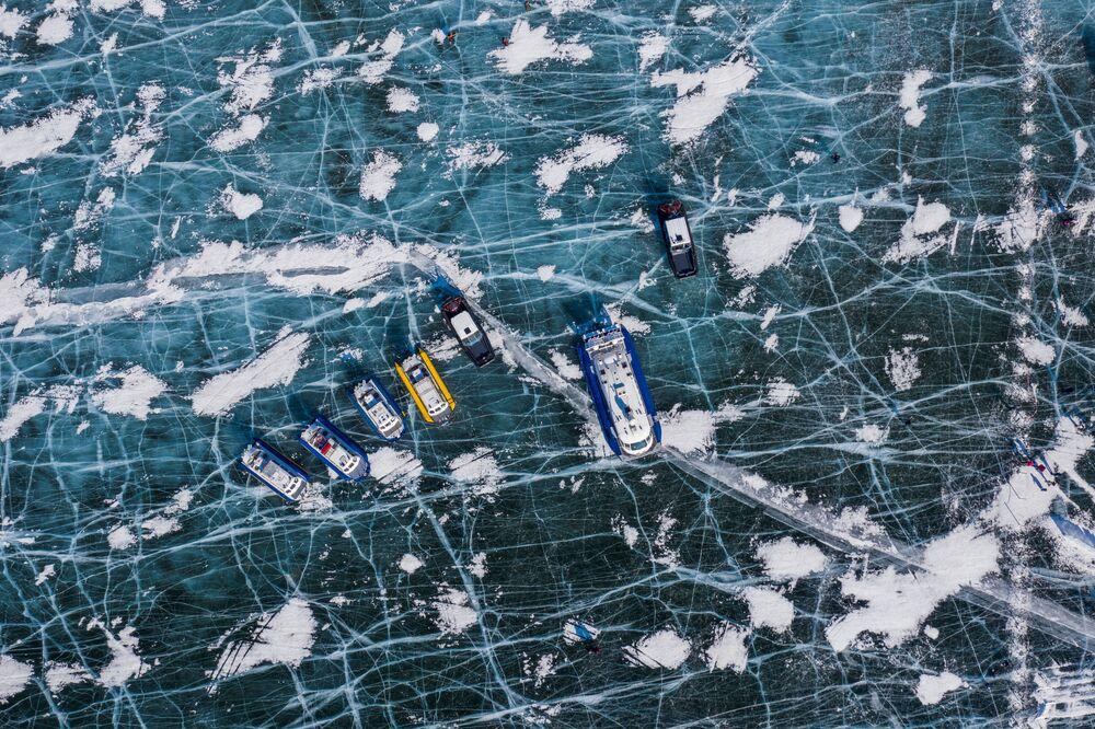 Il lago Baikal rimane uno dei bacini idrici più puliti del mondo. Ma l'inquinamento e la crescita delle erbe infestanti stanno danneggiando i microrganismi, le spugne e alcuni molluschi che filtrano le sue acque.