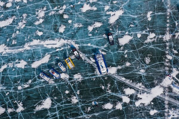 Il lago Baikal rimane uno dei bacini idrici più puliti del mondo. Ma l'inquinamento e la crescita delle erbe infestanti stanno danneggiando i microrganismi, le spugne e alcuni molluschi che filtrano le sue acque.  - Sputnik Italia