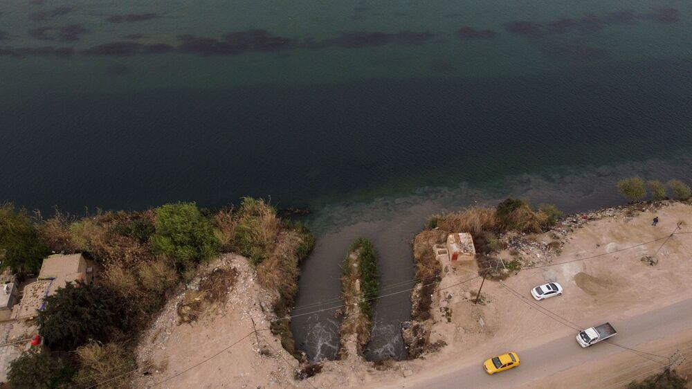 Una veduta aerea mostra un tubo di scarico che trasporta acque reflue e che si immette nel fiume Eufrate, vicino a Najaf, Iraq, il 16 marzo 2021