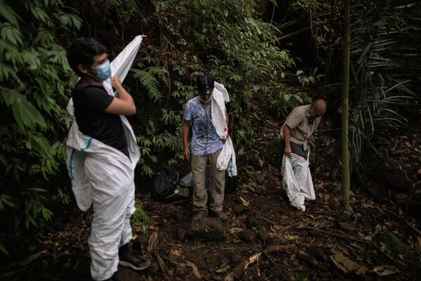 I cacciatori di virus indossano una tuta protettiva per proteggersi dal contatto con i pipistrelli sul Monte Makiling a Los Baños, nella provincia di Laguna, Filippine - Sputnik Italia