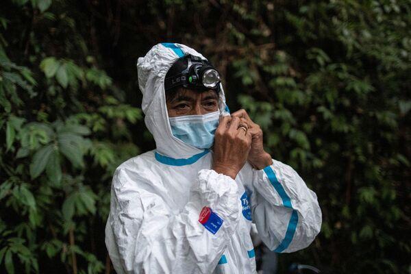 Un dipendente del Museo di Storia Naturale UPLB indossa una tuta protettiva preparandosi a catturare i pipistrelli sul Monte Makiling a Los Baños, nella provincia di Laguna, Filippine - Sputnik Italia