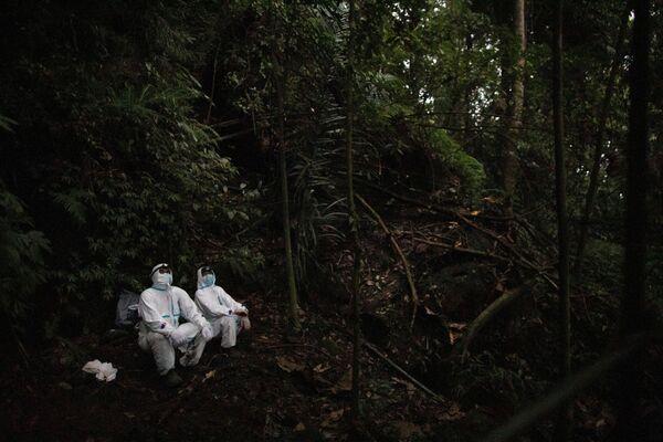 Cacciatori di virus vicino a una rete che hanno installato in un habitat di pipistrelli sul Monte Makiling a Los Baños, nella provincia di Laguna, Filippine - Sputnik Italia