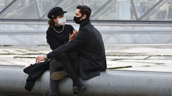 Giovani con le mascherine a Parigi - Sputnik Italia