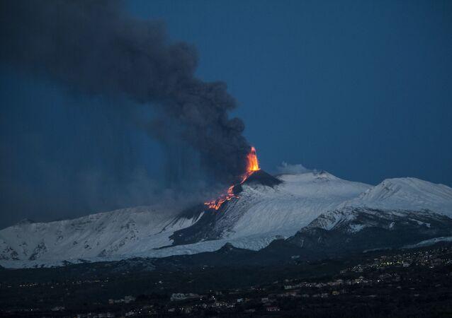 Parossismo n.16 dell'Etna dall'inizio del ciclo eruttivo del 16 febbraio 2021. Foto scattata da Riposto