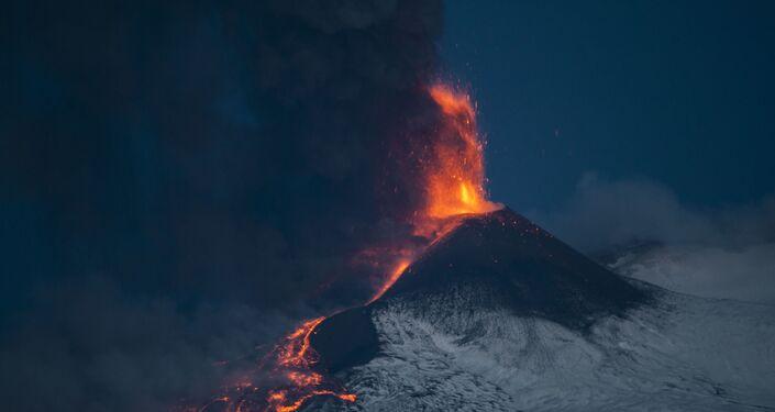 Parossismo numero 16 dell'Etna dall'inizio del ciclo eruttivo il 16 febbraio. Foto scattata da Riposto (CT ) il 24 - 3 - 2021