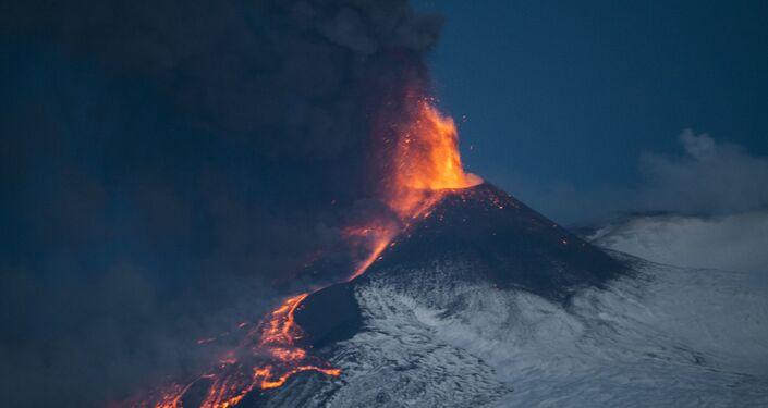 Parossismo n.16 dell'Etna dall'inizio del ciclo eruttivo del 16 febbraio 2021. Foto scattata da Riposto il 24 - 03 - 2021