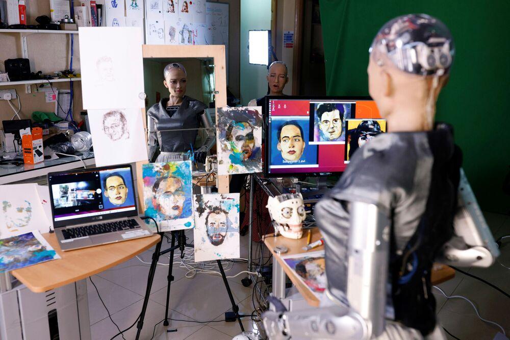 Il robot Sophia da Hanson Robotics guarda i suoi dipinti che sono stati proposti all'asta a Hong Kong