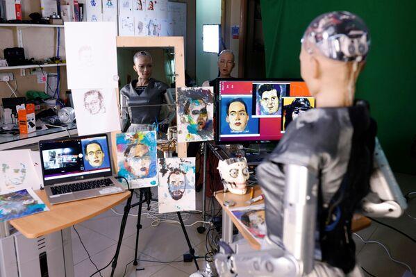 Il robot Sophia da Hanson Robotics guarda i suoi dipinti che sono stati proposti all'asta a Hong Kong - Sputnik Italia
