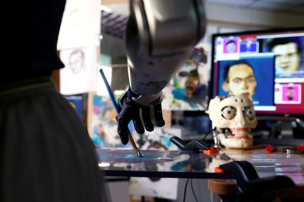 Il robot Sophia da Hanson Robotics dipinge uno dei suoi dipinti